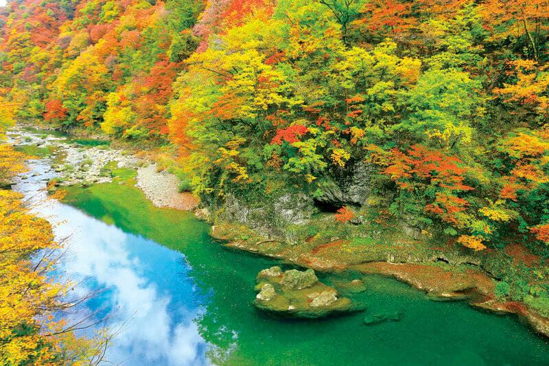 川面に映る鮮やかな色彩!秋田の紅葉の名所「抱返り渓谷」の見どころをご紹介