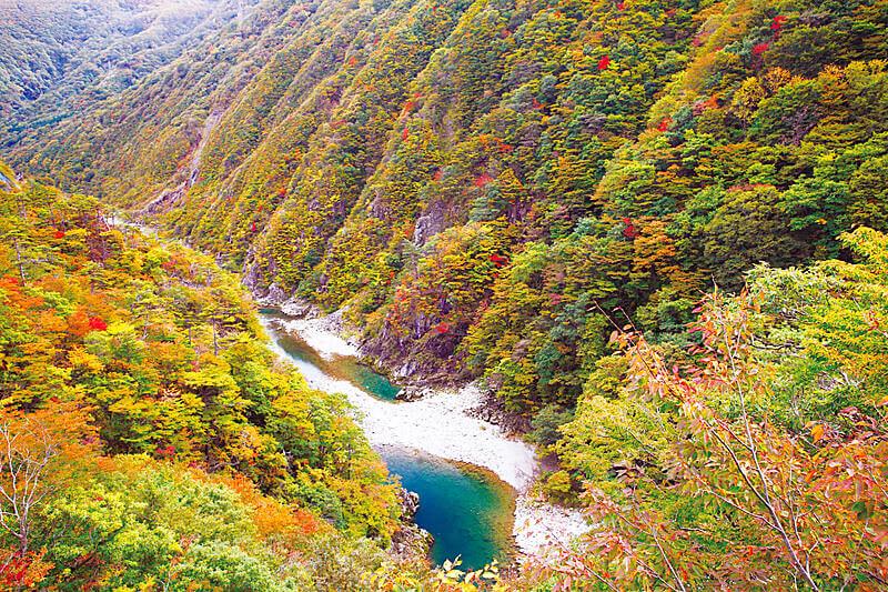 岩手県のおすすめ紅葉スポット「錦秋湖」へ行こう♪面白い駅や自然スポットなど見どころたくさん!