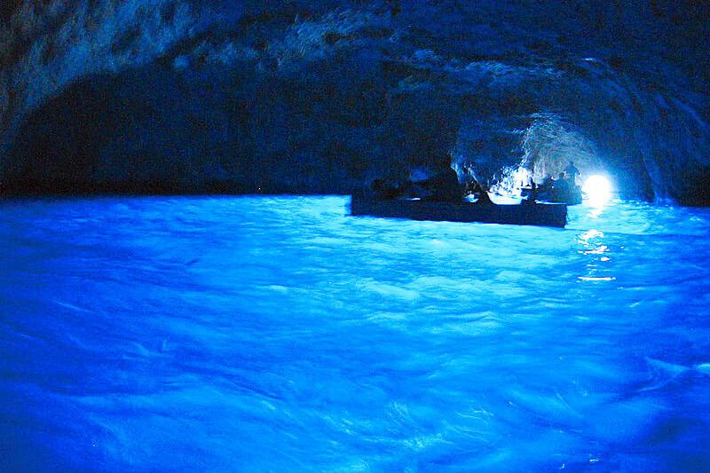イタリアのカプリ島で絶対に行きたい!神秘的な「青の洞窟」