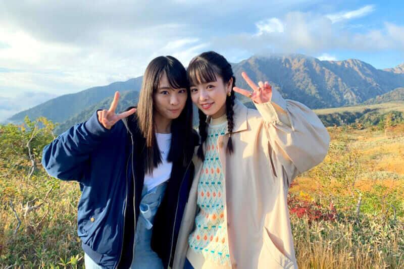 紅葉の日本アルプス。左から大友花恋、横田真悠 ©TBS
