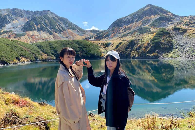 北陸、富山へ。左から横田真悠、大友花恋 ©TBS