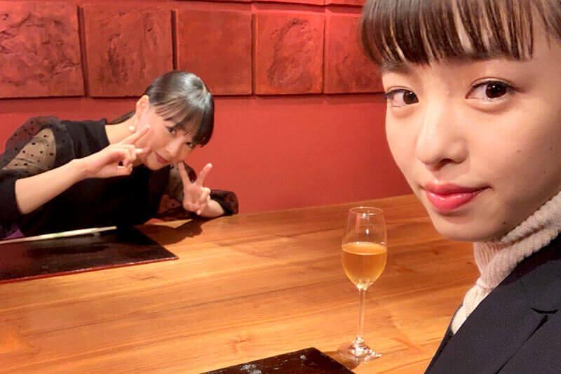 リバーリトリート雅樂倶。左から大友花恋、横田真悠 ©TBS