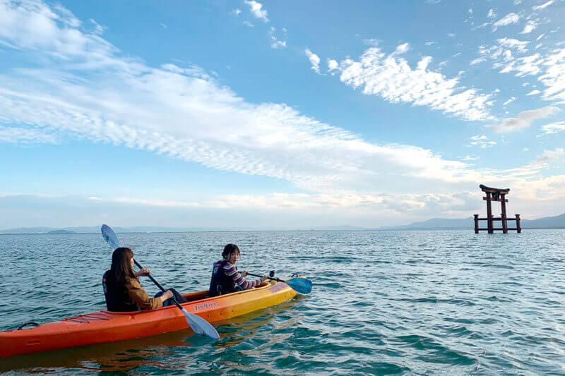 元NGT48北原里英と女優の中別府葵が滋賀県・琵琶湖一周の旅へ。白髭神社へはカヌーに乗って御参拝