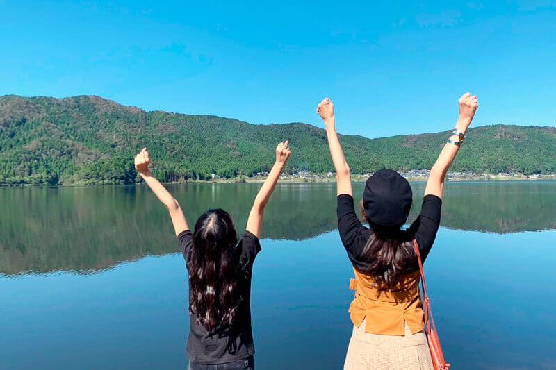 滋賀県・琵琶湖一周の旅。左から北原里英、中別府葵 ©TBS