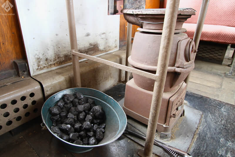 津軽鉄道 ストーブ列車・客車内のダルマストーブと石炭