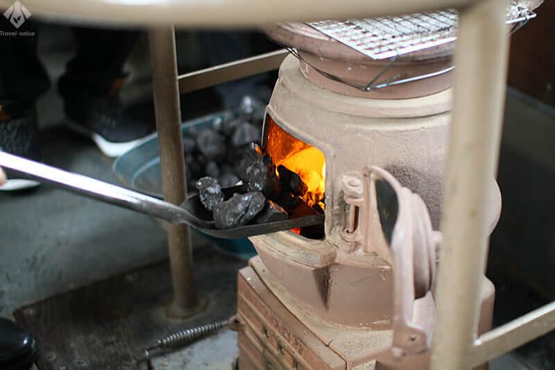 津軽鉄道 ストーブ列車・石炭で火を焚くダルマストーブ