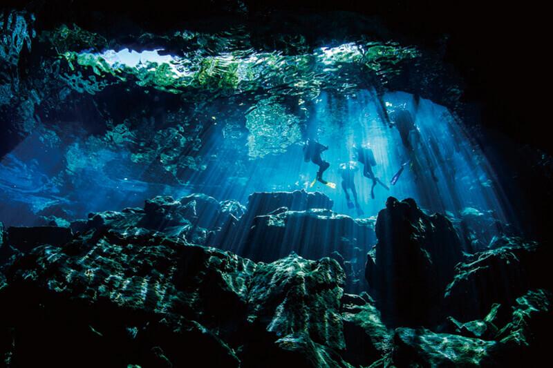 鍾乳洞の中をダイビング