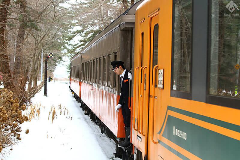 津軽鉄道「ストーブ列車」車両(左)・「走れメロス号」普通車両(右) の連結