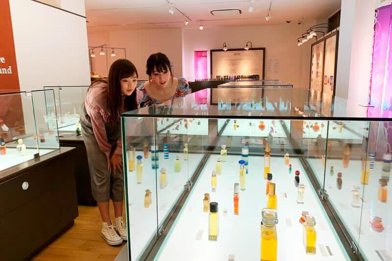 大分香りの博物館。左から熊江琉唯、蒼天のハリー ©TBS