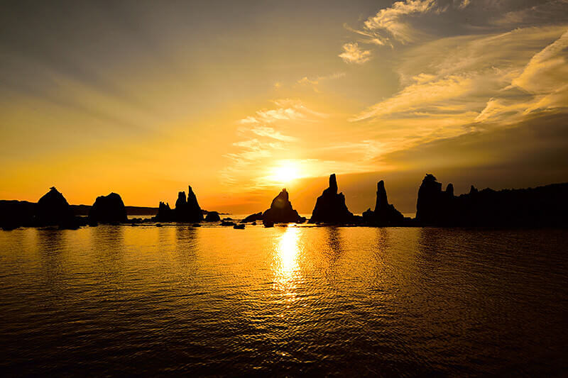 朝日が照らし出す自然の造形美!和歌山県にある奇岩群「橋杭岩」を見に行こう!