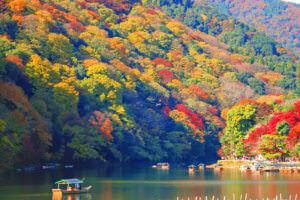 紅葉の嵐山で舟遊び