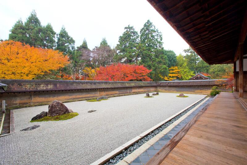 巧妙すぎる石庭。行けばわかる!京都「龍安寺」の石庭が美しい理由って?