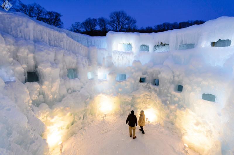 幻想的なライトアップや冬の花火を楽しむ 北海道の氷の祭典