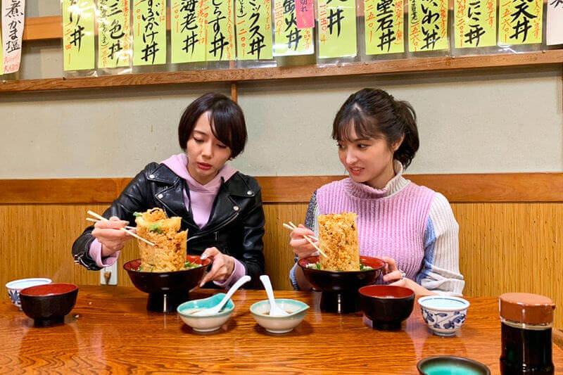 丸天の「海鮮かき揚げ丼」。左から岡田紗佳、大石絵理 ©TBS