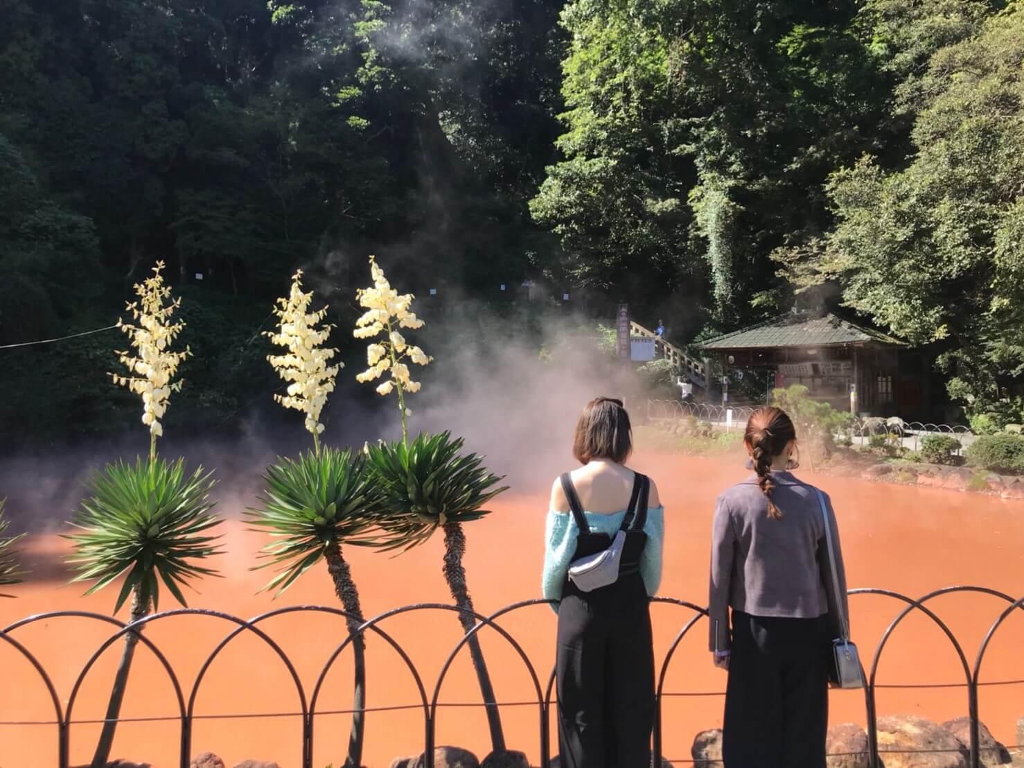 別府温泉。左から蒼天のハリー、熊江琉唯 ©TBS