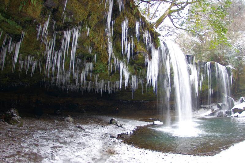 熊本県小国町 鍋ヶ滝 冬の雪と氷柱