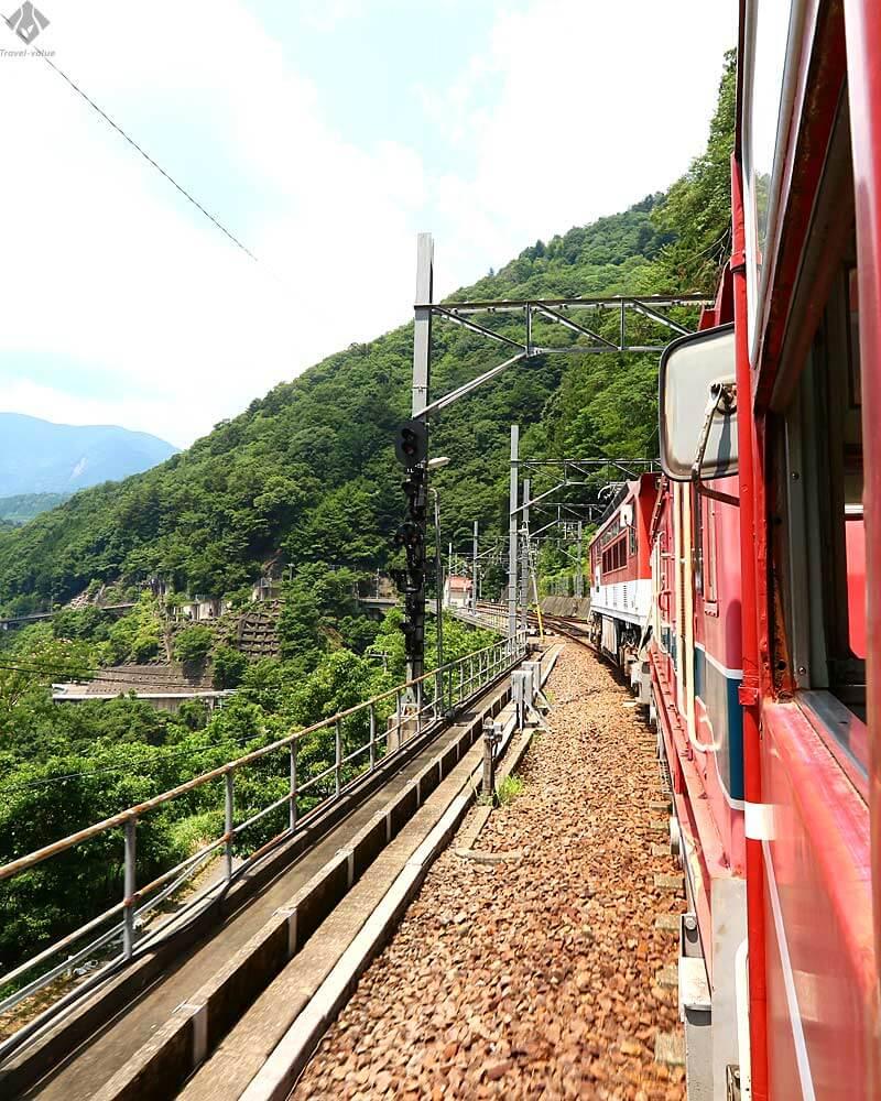 大井川鐵道 井川線「南アルプスあぷとライン」アプト式電気機関車(ED90形)を連結して走行