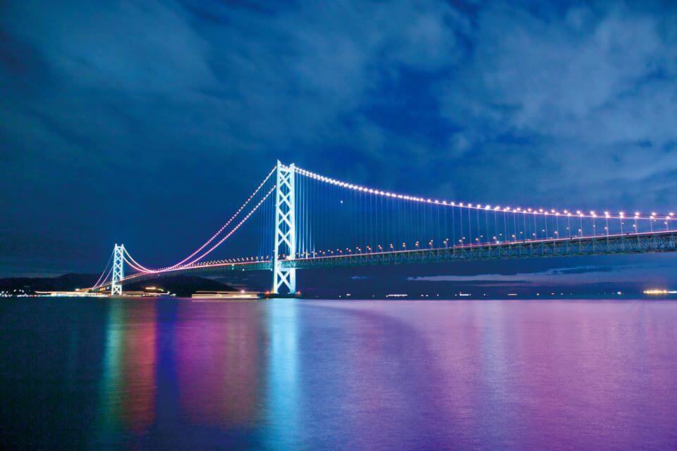 ライトアップされた明石海峡大橋越しに見る淡路島