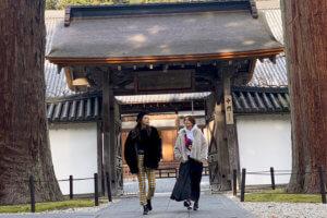 瑞巌寺。左から加治ひとみ、大石参月 ©TBS