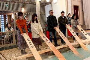 「熱の湯」で湯もみ体験。左から大澤玲美、西川瑞希 ©TBS