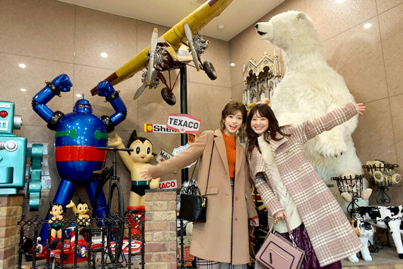 伊香保おもちゃと人形自動車博物館。左から大澤玲美、西川瑞希 ©TBS