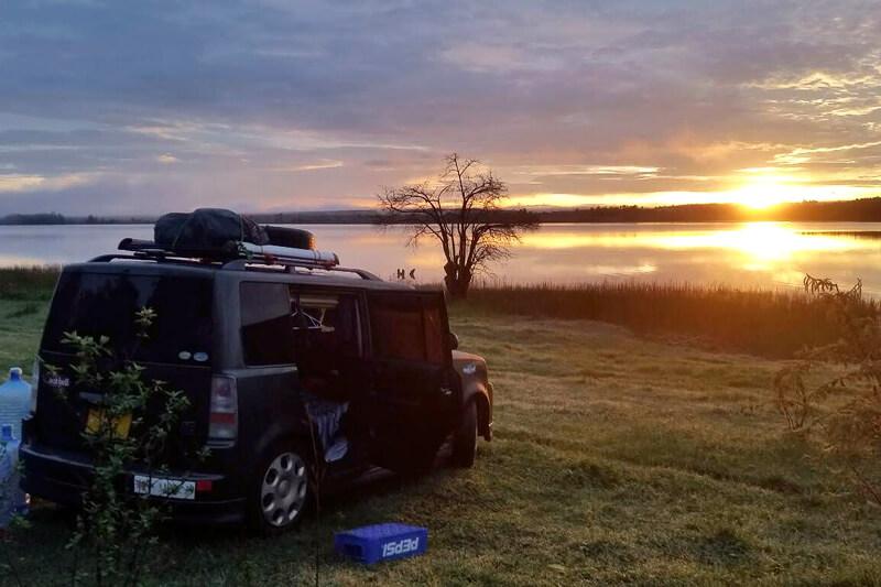 タンザニアの湖前でワイルドキャンプ
