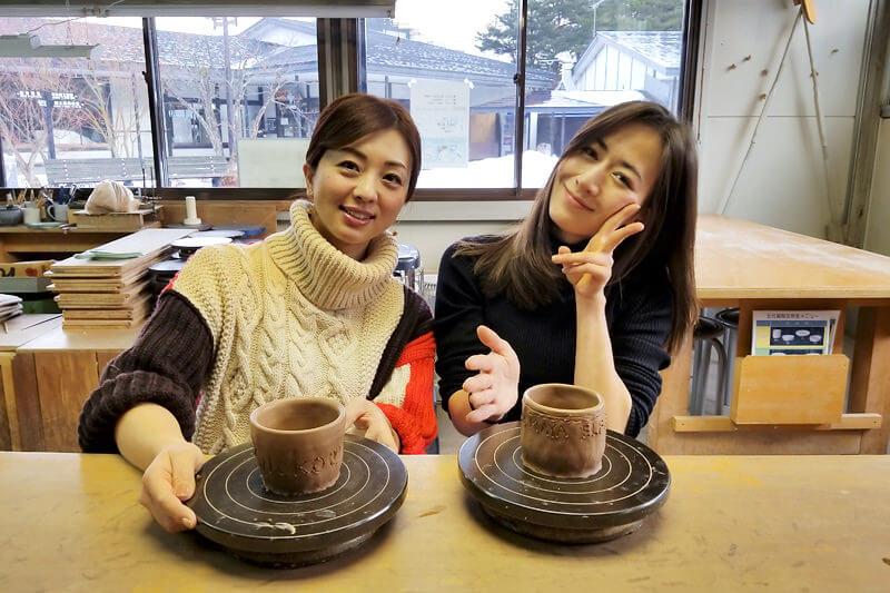 陶芸体験。左から祥子、宮河マヤ ©TBS