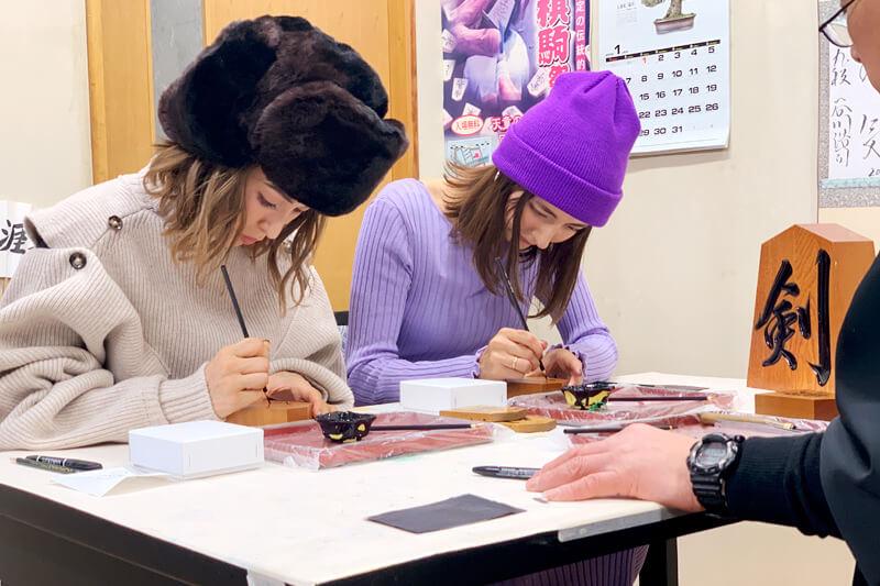 「書き駒」に挑戦。左からBENI、エリーローズ ©TBS