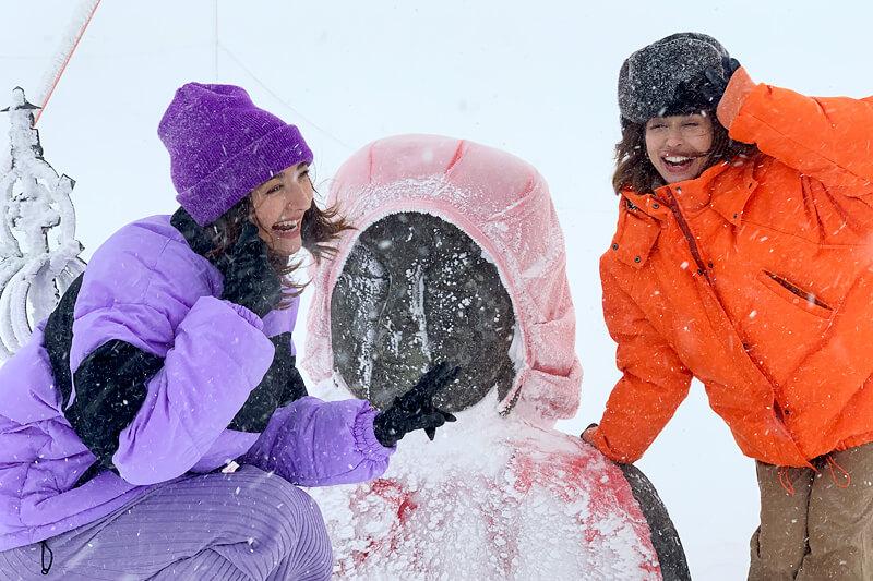 冬の蔵王を愉しむ。左からエリーローズ、BENI ©TBS