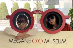 めがねミュージアム。左から須田亜香里、荻野由佳 ©TBS