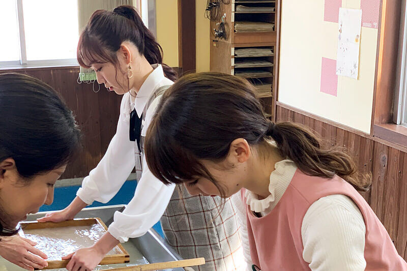 和紙漉き体験。左から須田亜香里、荻野由佳 ©TBS