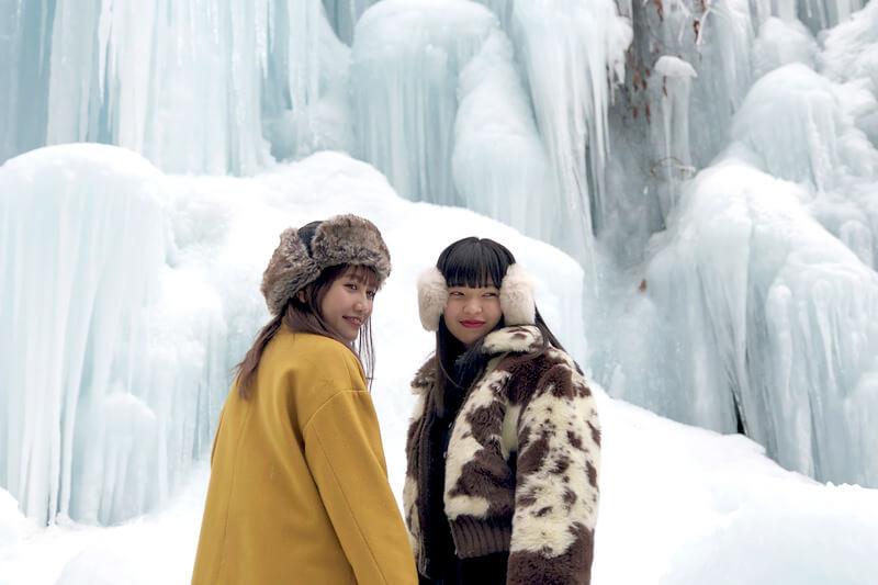 氷の渓谷。左から井上苑子、田中芽衣 ©TBS