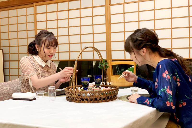 グランディア芳泉 個止吹気亭。左から須田亜香里、荻野由佳 ©TBS