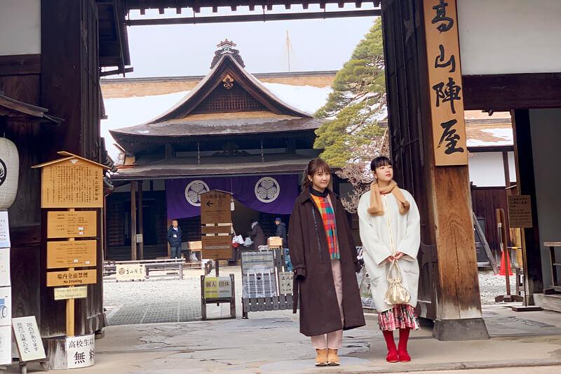 高山陣屋。左から井上苑子、田中芽衣 ©TBS