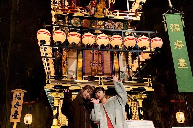 高山祭。左から井上苑子、田中芽衣 ©TBS