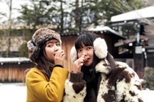 平湯温泉名物「はんたい玉子」。左から井上苑子、田中芽衣 ©TBS