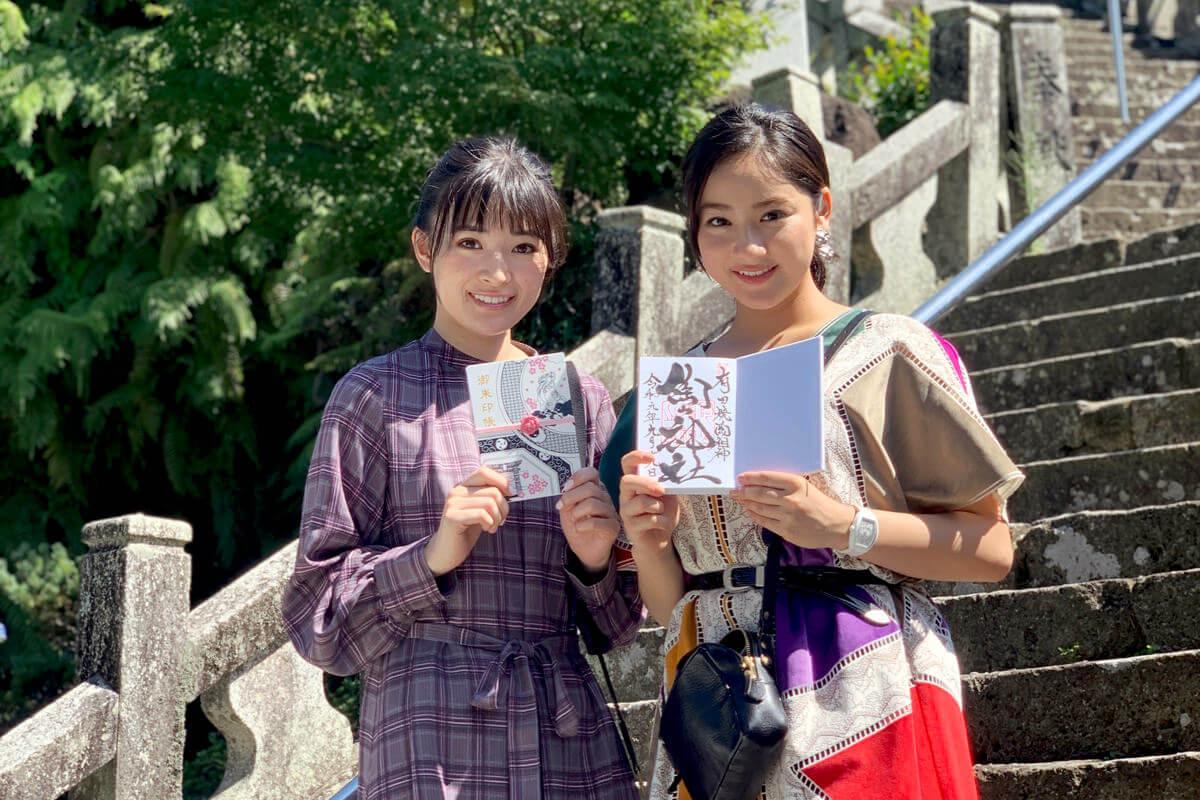 陶山神社。左から優希美青、平祐奈 ©TBS