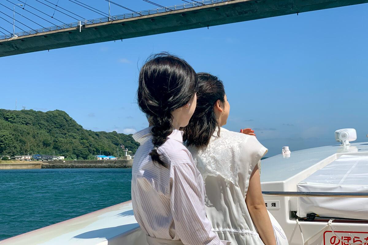 遊覧船のオープンデッキ。左から優希美青、平祐奈 ©TBS