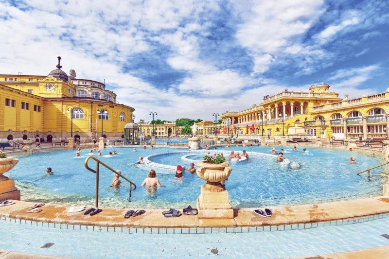 絶景風呂に秘湯、ユニークな温泉も!! 旅の疲れを癒やしたい海外の素敵な温泉3選!