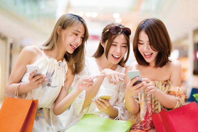 ショッピングを楽しむ女性のイメージ
