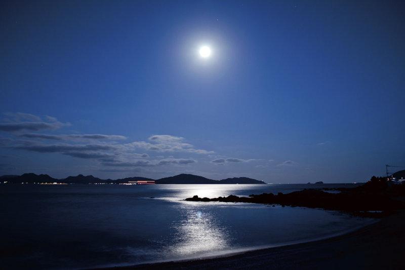 願いが叶うかも? 満月の日を狙って幻想的な「ムーンロード」を見に行こう!