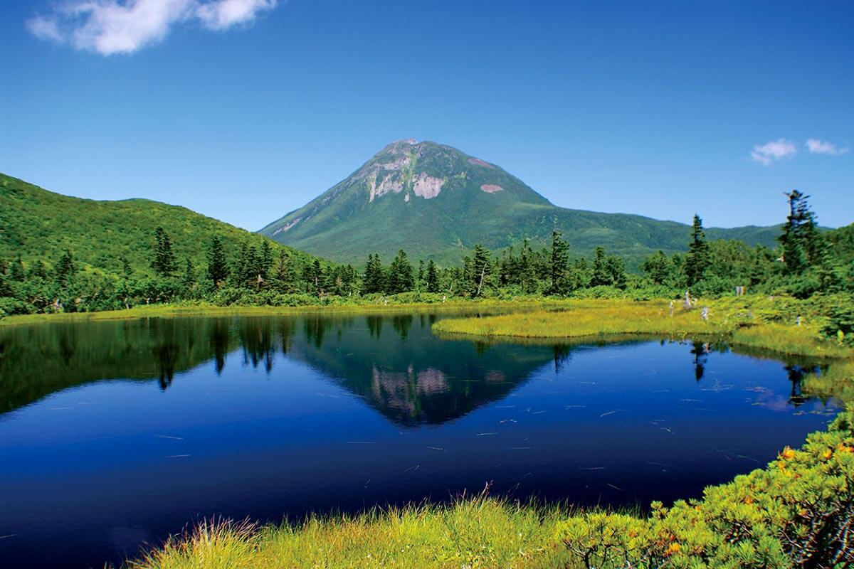 羅臼岳と知床五湖のひとつ羅臼湖