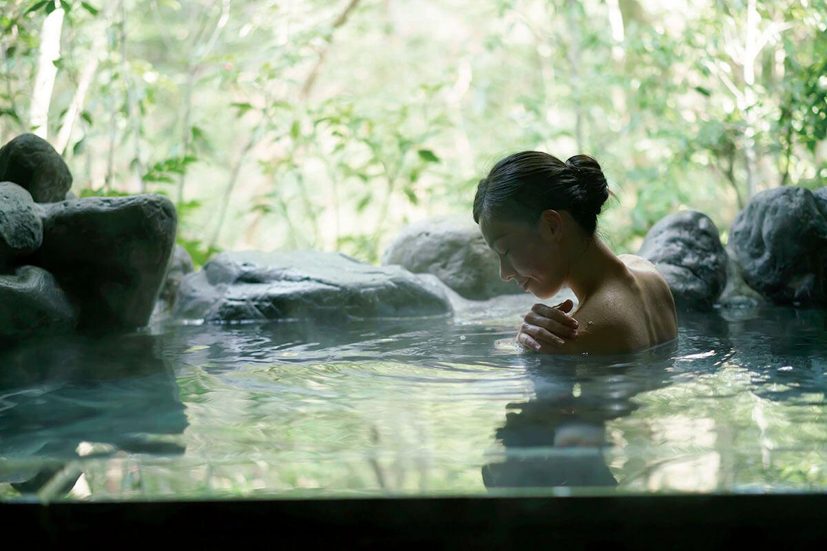 温泉につかる女性(イメージ)