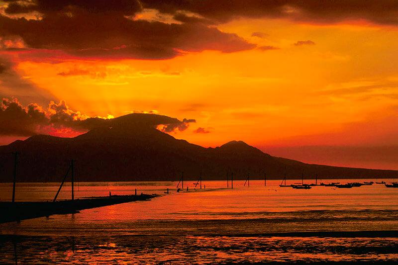 真っ赤な夕焼けに染まる長部田海床路