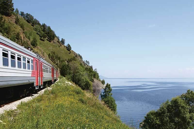 ロシア バイカル湖沿いを走るシベリア鉄道
