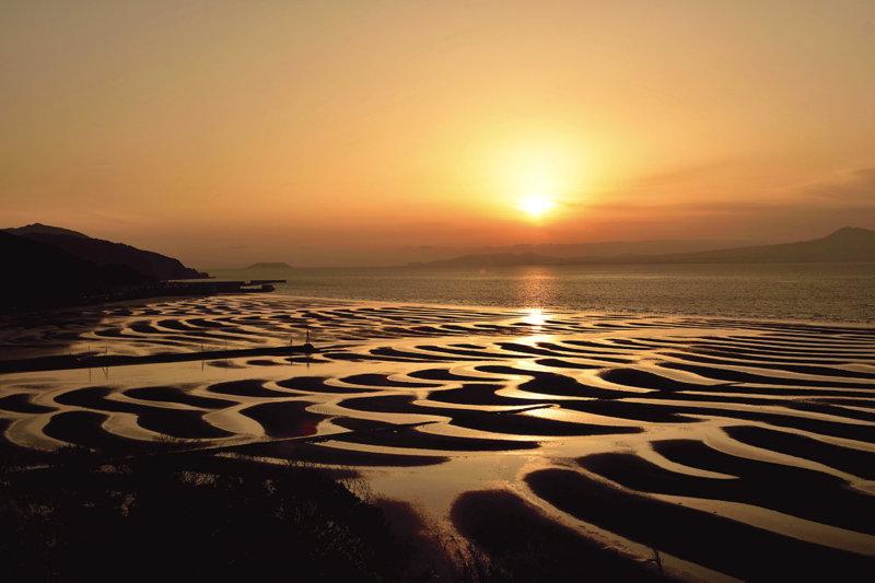 夕日と干潮が織りなす奇跡の絶景!! 熊本県宇土市「御輿来海岸」の美しい景色