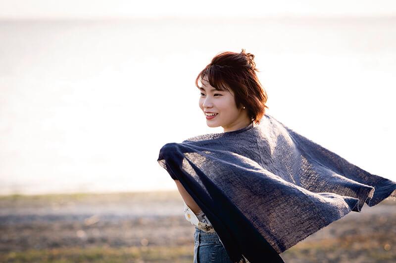 ストールを羽織る女性(イメージ)