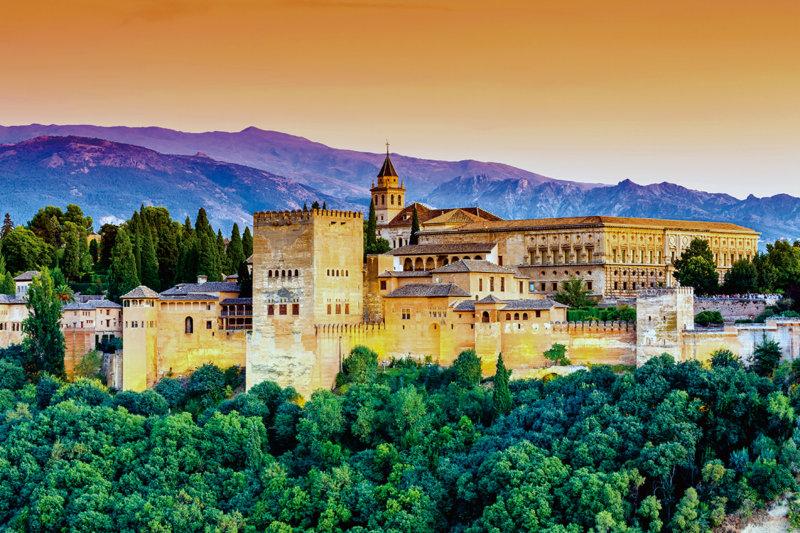 ため息の出るような美しさ。スペイン「アルハンブラ宮殿」でイスラム建築の造形美に触れる旅。