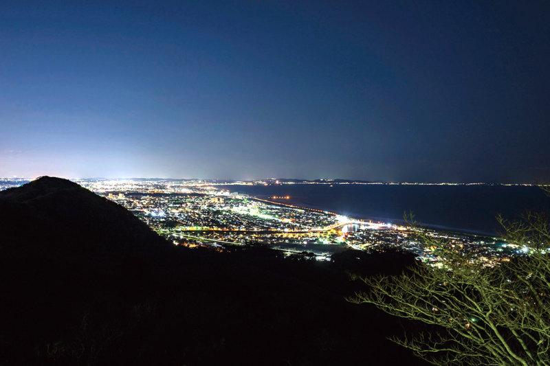湘南エリアのおすすめスポット!! デートの締めくくりは「湘南平」で夜景を楽しもう。
