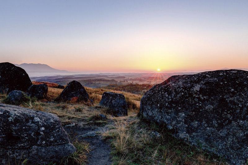 古代文明を感じるミステリースポット!? 熊本県の「押戸石の丘」と阿蘇めぐりが楽しい!